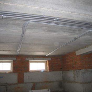 Монтаж трубопроводов под потолком нижнего этажа